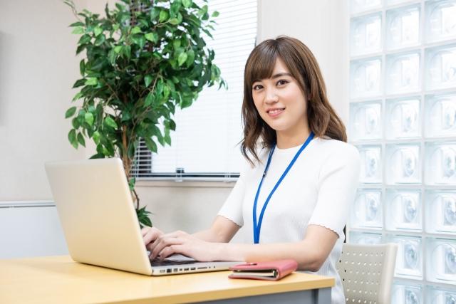 デスク パソコン 女性